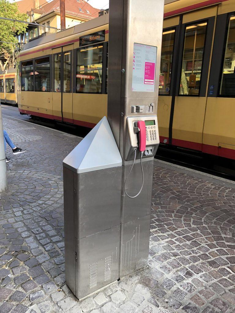 Moderne Telefonsäule mit LTE-Small-Cell-Erweiterung und WiFi-Hotspot